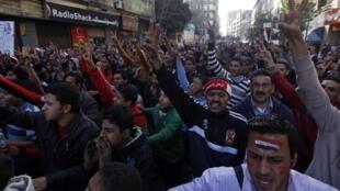 Manifestantes egípcios protestam contra governo islâmico da Irmandade Muçulmana.