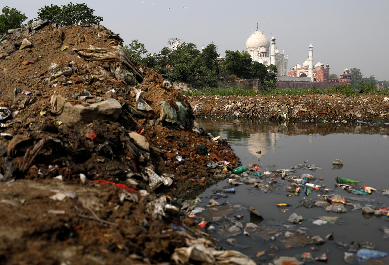 As margens do rio Yamuna poluído