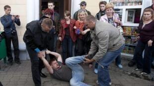 Dimanche 3 juillet à Minsk, la police biélorusse arrête des dizaines de manifestants.
