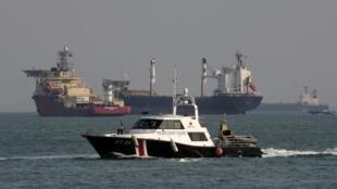 Tàu tuần duyên Singapore đi tuần trên eo biển Malacca ngày 04/03/2010