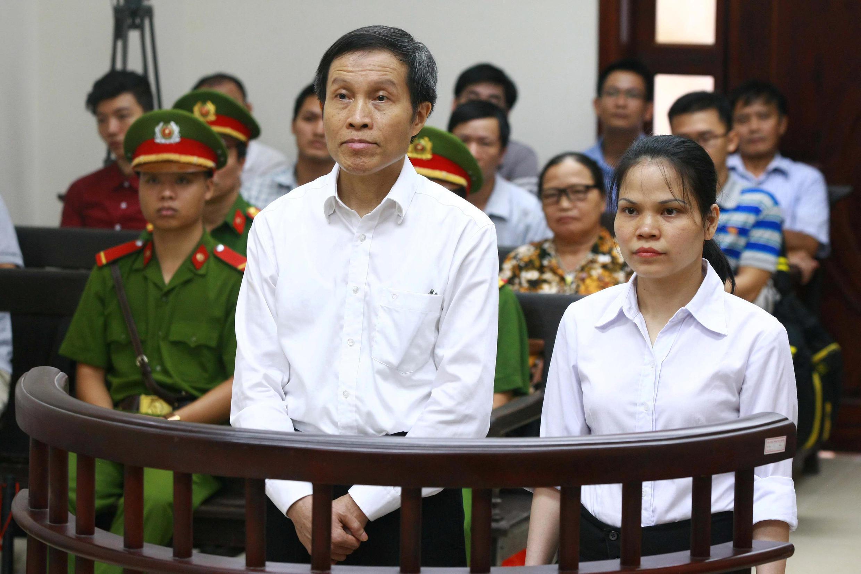 Blogger Anh Ba Sàm ( Nguyễn Hữu Vinh ) và trợ lý Nguyễn Thi Minh Thúy tại phiên tòa ở Hà Nội ngày 22/09/2016.