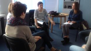 Milda (au centre), bénévole, anime une formation au Centre de Soutien Emotionnel à Vilnius.
