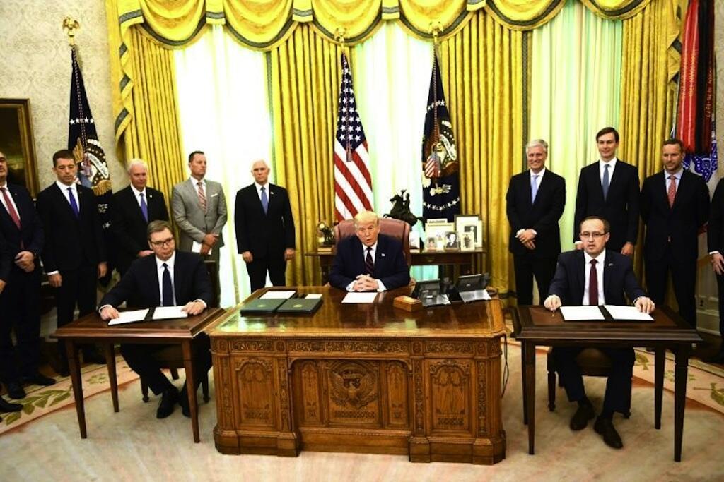 Rais wa Marekani Donald Trump katika Ofisi ya ndogo ya Ikulu ya White House akiwa pamoja na rais wa Serbia Aleksandar Vucic na Waziri Mkuu wa Kosovar Avdullah Hoti Septemba 4, 2020.