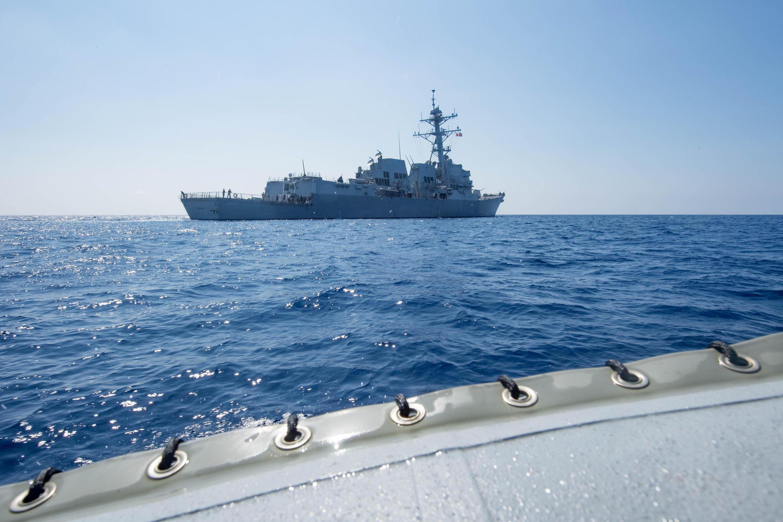 Khu trục hạm có trang bị tên lửa dẫn đường USS Dewey quá cảnh Biển Đông ngày 06/05/2017. Ảnh tư liệu của Hải Quân Mỹ.