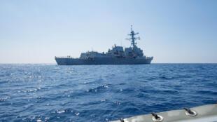 """Tàu chiến Mỹ USS Dewey tuần tra bên trong """"12 hải lý"""" quanh Đá Vành Khăn (Mischief Reef), do Trung Quốc kiểm soát, thuộc quần đảo Trường Sa, hồi tháng 5/2017. Ảnh chụp ngày 06/05/2017."""