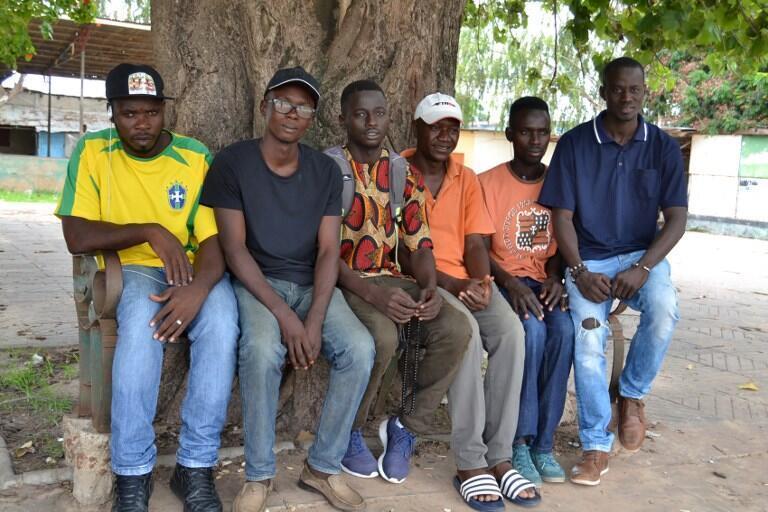 Le co-fondateur de l'association «Les Jeunes contre la migration illégale» avec Karamo Keita (3e à droite) et ses amis à Banjul, le 6 août 2017.