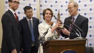 Carl Gershman, président de l'ONG NED (d.) remettant le Democracy Award à Liu Xiaobo (g.) en 2014 à Washington.