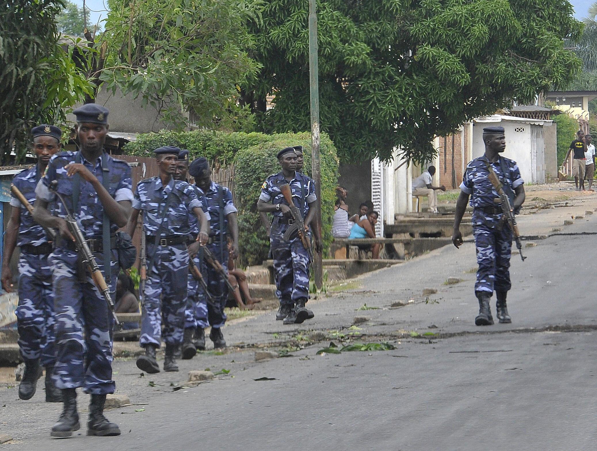 Des officiers de la police patrouillent dans le quartier de Ngagara, à Bujumbura, le 27 avril 2015.