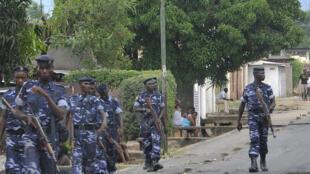 Maafisa wa polisi wakipiga doria katika wilaya ya Ngagara, Bujumbura Aprili 27, 2015.