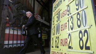 Un cartel muestra en Kiev las diferentes tasas de cambio de las divisas internacionales el 26 de febrero de 2014.