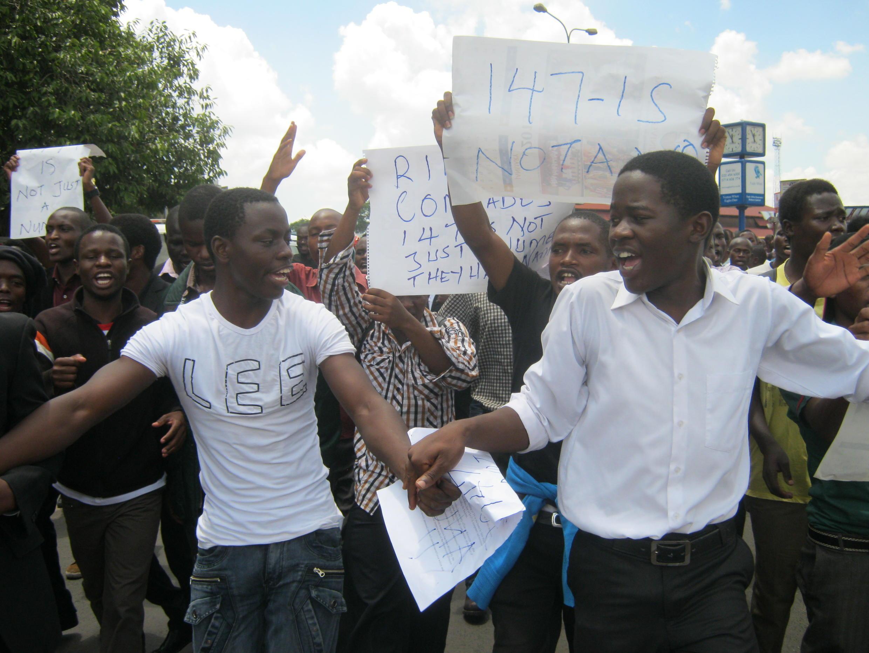Plusieurs centaines d'étudiants se sont rassemblés dans les rues de Nairobi avec une revendication : davantage de sécurité, le 7 avril 2015.