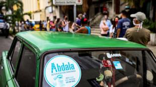 Un cartel de Abdala, la vacuna cubana contra el covid-19, en el parabrisas de un auto, el 1 de julio de 2021 en La Habana.