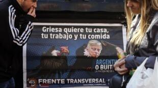 Cartaz de manifestação de 2014 contra os fundos abutres e o juiz norte-americano Thomas Griesa.