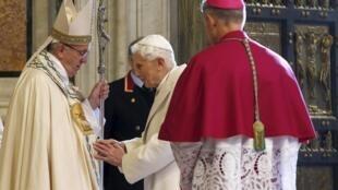 Papa Francisco com o Papa emérito Bento XVI, após a abertura da Porta Santa da Basílica de São Pedro, no Vaticano, 8 de dezembro de 2015.