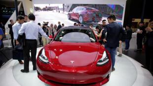 Une voiture Tesla modèle 3 est exposée au salon de l'automobile Auto China 2018 à Pékin, en Chine, le 25 avril 2018.