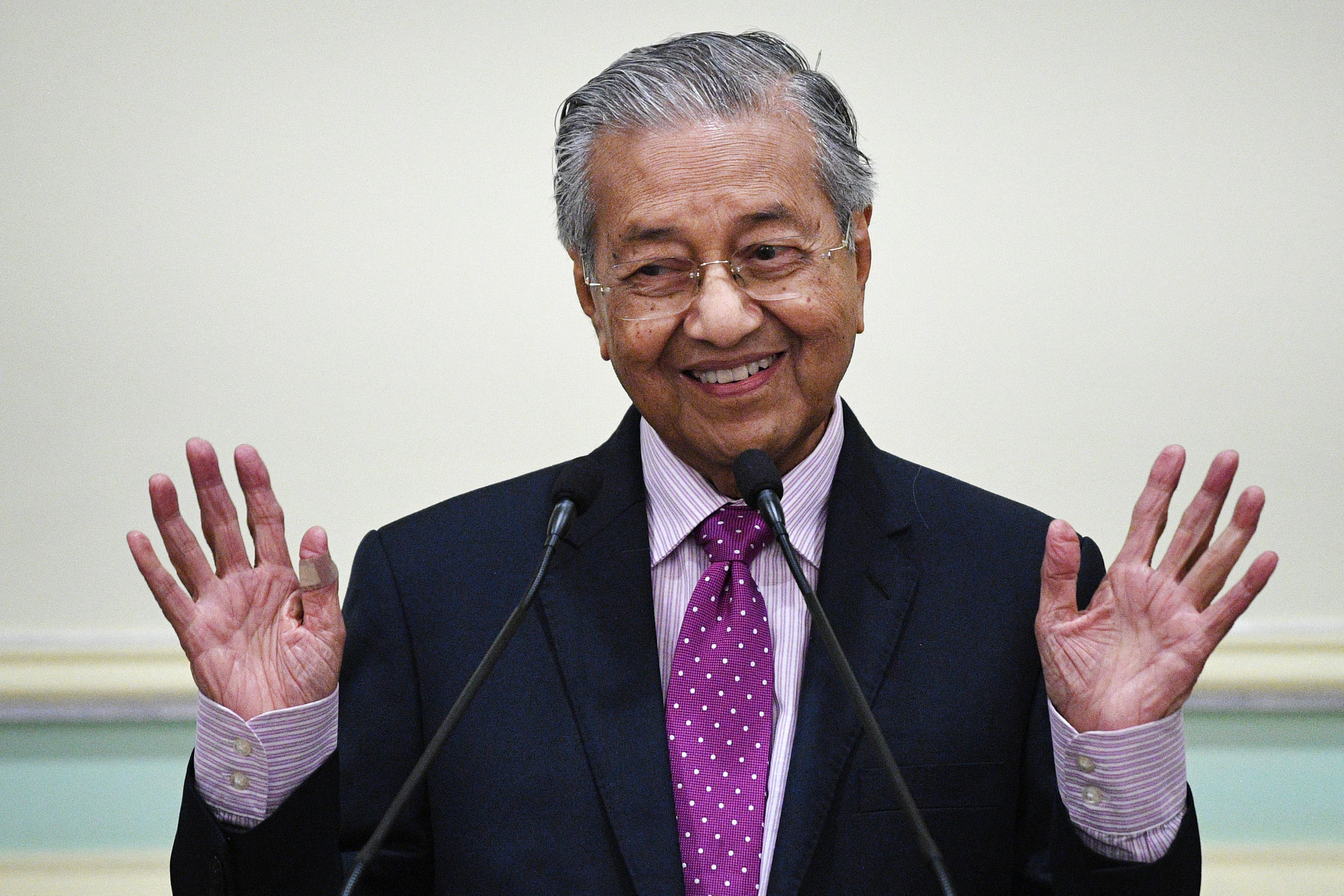 Mahathir Mohamad, 94, has been trying to stay in shape during Malaysia's coronavirus lockdown