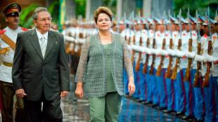 La présidente du Brésil Dilma Rousseff reçue à Cuba par son homologue Raul Castro. u pr .