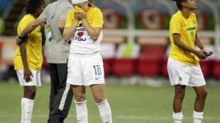 Jogadoras brasileiras choram a derota para a equipe do Canadá.
