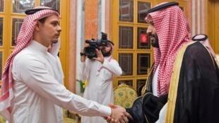 Riyad, le 23 octobre 2018: Salah, le fils du journaliste tué le 2 octobre, reçu au palais royal, serre la main du prince Mohammed ben Salmane, soupçonné d'être le commanditaire du meurtre de Jamal Khashoggi.
