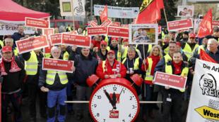 Primeira greve da IG Metall na rodada de negociação coletiva 2018 para indústria metalúrgica e elétrica no distrito IG Metall de Berlim-Brandenburg-Sachsen.