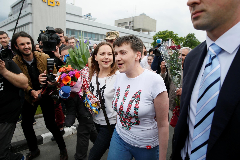 Nadia Savtchenko, akipokelewa na dada yake, alipowasili katika uwanja wa ndege wa kimataifa wa Boryspil karibu na Kiev, Mei 25, 2016.