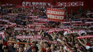 Wasu daga cikin magoya bayan Bayern Munich a filin wasa na Olympiakos a Girka