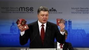 """O presidente ucraniano, Petro Porochenko, exibe documentos russos """"encontrados"""" no leste da Ucrânia."""