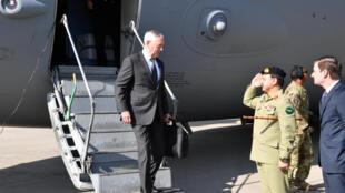 Bộ trưởng Quốc Phòng Mỹ Jim Mattis (T) tới Islamabad, Pakistan ngày 04/12/2017.