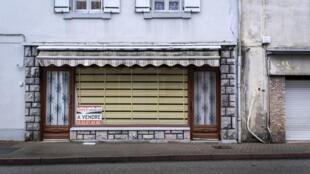 Un magasin fermé et à vendre, dans le centre-ville de Labastide-Rouayroux, une petite ville rurale située dans le sud du département du Tarn.