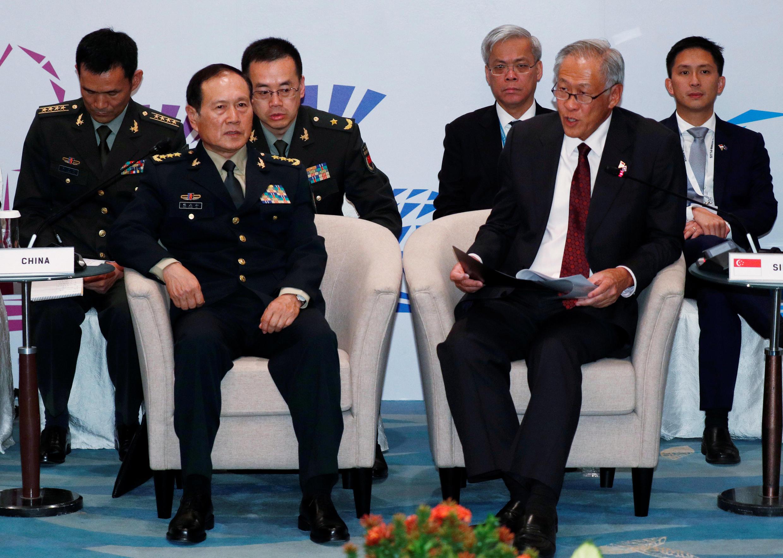 Bộ trưởng Quốc Phòng Trung Quốc nói chuyện với đồng nhiệm Singapore Ng Eng Hen, Hội nghị bộ trưởng Quốc Phòng ASEAN mở rộng, Singapore, 19/10/2018.