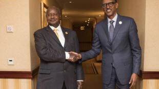 Rais wa Uganda Yoweri Musveni (Kushoto) akisalimiana na rais wa Rwanda Paul Kagame (Kulia) katika siku zilizopita