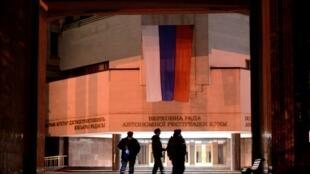 Ảnh minh họa: Nghị Viện Crimée tại Simferopol, với cờ Nga ở lối vào. Ảnh ngày 14/03/2014.