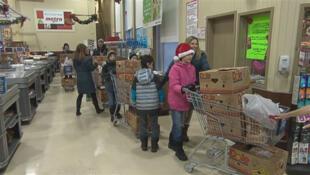 Des bénévoles de la Fondation «Les amis de Samuel» distribuent, depuis lundi 22 décembre 2014, des paniers de Noël à des familles d'élèves défavorisées de la région de Québec.
