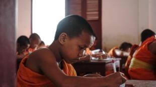 Un jeune bouddhiste dans une école de Luang Prabang.