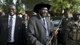 Kulia-kushoto, Rais Salva Kiir na aliekua makamo wake Riek Machar