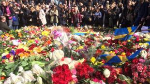 Milhares de pessoas levaram flores para homenagerar as vítimas e se unir ante o terrorismo