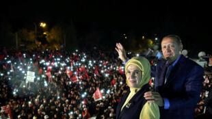 Tổng thống Thổ Nhĩ Kỳ Recep Tayyip Erdogan và vợ sau chiến thắng trong cuộc trưng cầu dân ý cải cách Hiến Pháp, tại Istanbul, ngày 16/04/2017.