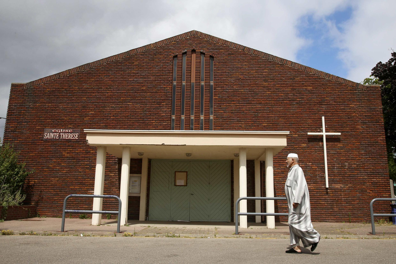 Мусульманин у церкви Святой Терезы в Сент-Этьен-дю-Рувре, 27 июля 2016.