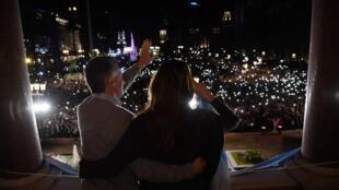 Le président Mauricio Macri et la première dame, Juliana Awada, saluent leurs supporters au balcon de la Casa Rosada, le palais présidentiel argentin, le 24 août 2019.