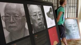 Les portraits de l'ancien président khmer rouge Khieu Samphan (g), et de l'ex-ministre des Affaires étrangères Ieng Sary, à Toul Sleng au musée du génocide à Phnom Penh.