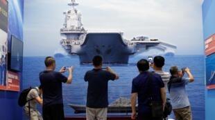 Hình ảnh tàu sân bay Liêu Ninh được trưng bày tại Trung tâm Triển lãm Bắc Kinh ngày 24/09/2019. Khả năng của hải quân Trung Quốc sẽ được nâng cao hơn nữa với tàu Type-075 sắp được hạ thủy.