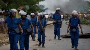La police burundaise dans le quartier Cibitoke de Bujumbura, réputé proche de l'opposition, en mai 2015. Darius Ikurakure aurait été responsable de violentes opérations de répression dans ce quartier.