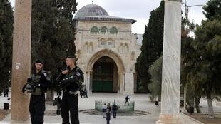 Policiais isrealenses patrulham Esplanada das Mesquitas em Israel.