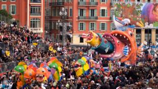 Desfiles carnavalescos nas ruas de Nice.