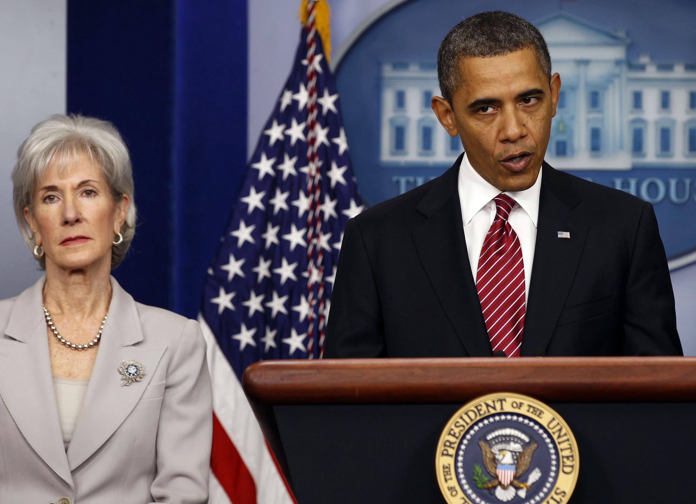 O presidente Barack Obama ao lado da Secretária de Saúde, Kathleen Sebelius.