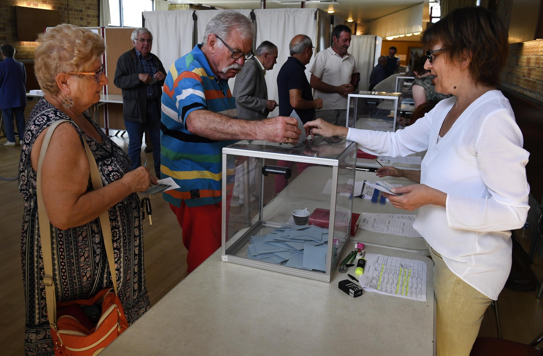 Mesa  de voto  em Carhaix-Plouguer no centro da Bretanha, oeste da França. 18 de unho de  2017