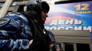 Полицейский у здания Государственной Думы в Москве, 9 июня 2017 г.