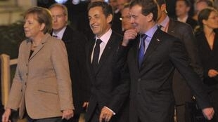 A chanceler alemã, Angela Merkel, o presidente francês, Nicolas Sarkozy (centro), e o presidente russo Dmitri Medvedev, em Deauville.