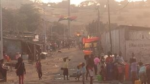 Une rue du bidonville de Sambizanga, à Luanda, avant le vote du 23 août 2017.