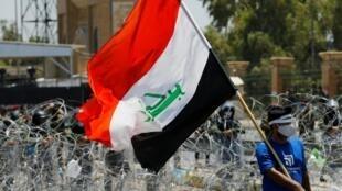 Un manifestant dans les rues de Bagdad défie les forces de l'ordre. Le 12 juilet 2020